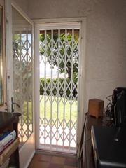 grille extensible de sécurité laquée en acier PROFERM 06